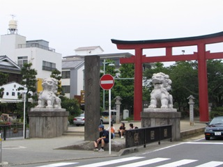 鎌倉鶴岡狛犬鳥居.JPG